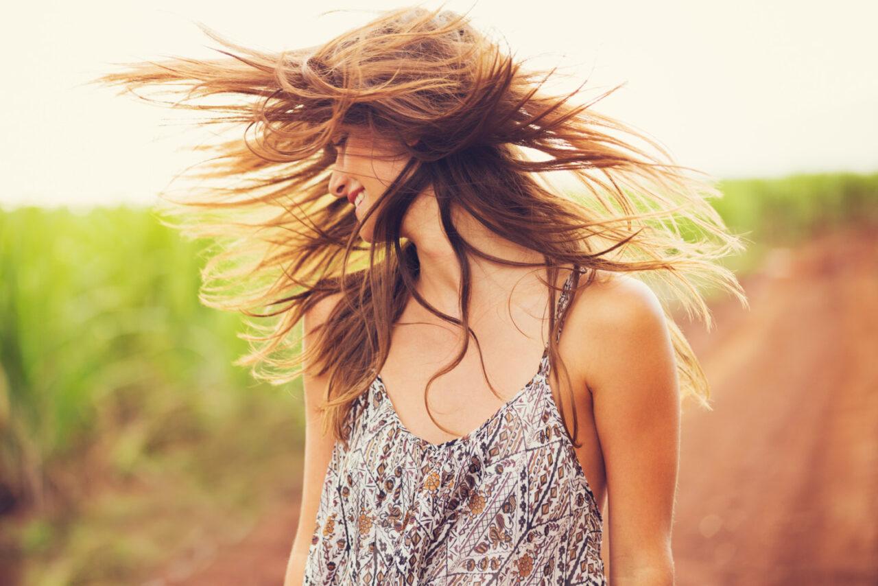 Jak chronić włosy przedsłońcem ipromieniowaniem UV?