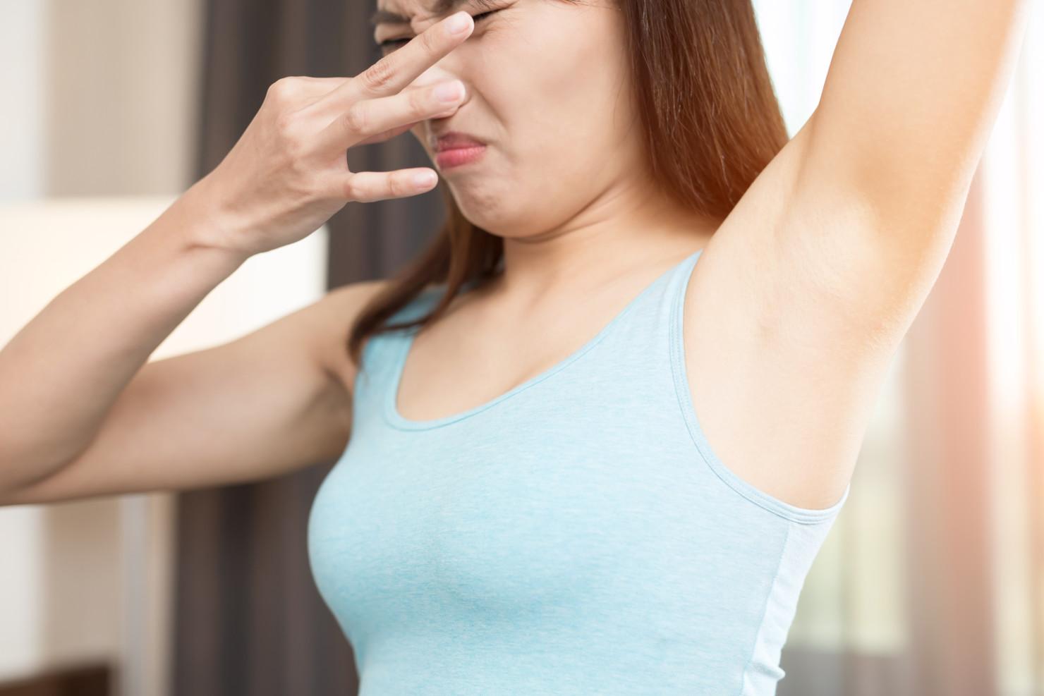 Nadpotliwości jak walczyć zmokrą plamą podpachą